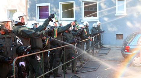 Polizei mit Pfefferspray gegen Antifaschisten in Dortmund, September 2011